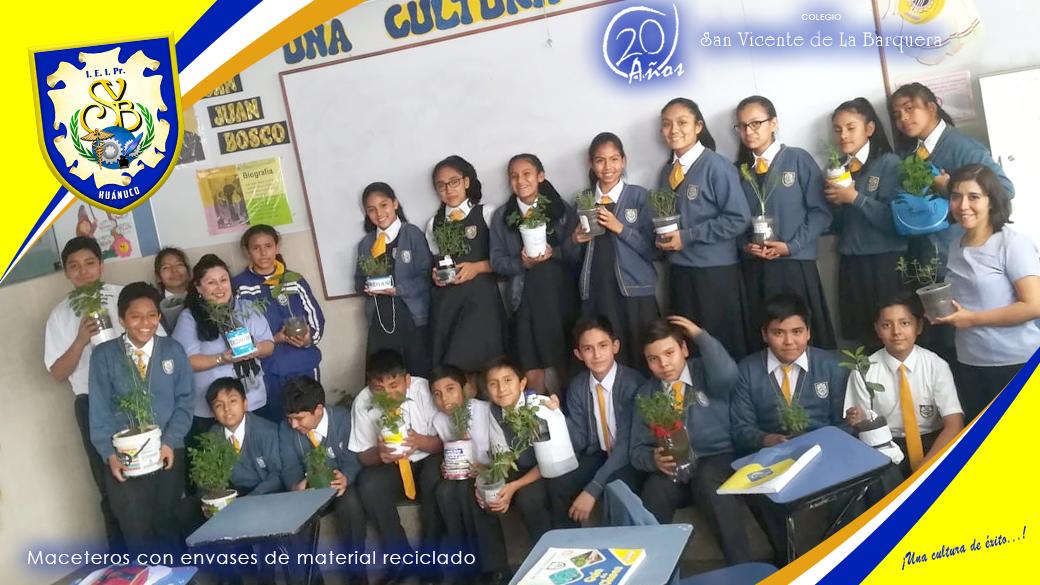 Alumnos de Secundaria con los maceteros y el cuidado del ambiente